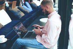 在网上工作在行家顶楼空间的自由职业者 免版税图库摄影
