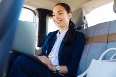 在网上工作聪明的亚裔的女实业家 库存图片