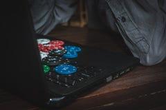 在网上打扑克的人 在互联网上的赌博的瘾 在网上打扑克的胜利金钱 免版税库存图片