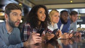 在网上打赌由智能手机应用程序的体育迷在比赛期间,庆祝目标 股票视频