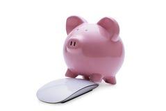 在网上投资在储款的桃红色存钱罐 免版税库存照片