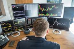 在网上换股票经纪人肩膀的视图  库存图片