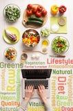在网上搜寻健康素食食谱 免版税库存照片