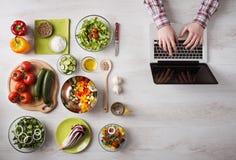 在网上搜寻食谱的人 免版税库存照片