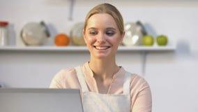 在网上支付与信用卡和接受的微笑的主妇产品交付 影视素材