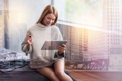 在网上支付正面快乐的妇女 免版税图库摄影