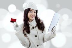 在网上支付华美的女孩 免版税库存照片