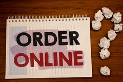 在网上显示命令的文字笔记 陈列购买的企业照片某事在互联网电子商务无线购物 免版税库存图片