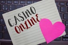 在网上显示赌博娱乐场的概念性手文字 企业照片陈列的计算机扑克牌游戏赌博皇家赌注乐透纸牌高风险没有 免版税库存图片