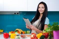 在网上烹调和搜寻食谱 库存图片