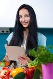 在网上烹调和搜寻食谱 库存照片