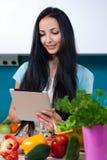 在网上烹调和搜寻食谱 免版税图库摄影