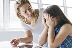 在网上研究与她的老师教导的女小学生  免版税库存照片