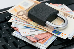 在网上获取付款:挂锁在键盘 免版税库存照片