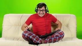 在网上计算机游戏的游戏玩家非常生气失利 慢的行动 股票录像