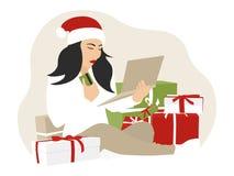 在网上购物与信用或借记卡的妇女圣诞节 免版税库存照片