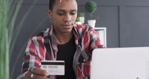 在网上购物与手机和信用卡的商人 股票视频