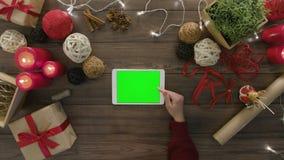 在网上购物使用数字式片剂的顶视图 股票视频