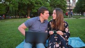 在网上购物使用膝上型计算机和信用卡的年轻英俊的已婚夫妇 股票视频