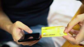 在网上购物的人坐沙发和 股票录像