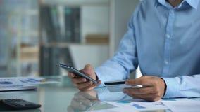 在网上购物的办公室工作者,关于智能手机应用的键入的信用卡数据 股票录像