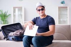 在网上预定他的人旅行飞行和旅馆 图库摄影