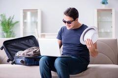 在网上预定他的人旅行飞行和旅馆 库存图片