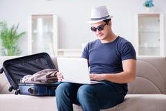 在网上预定他的人旅行飞行和旅馆 免版税库存照片