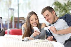 在网上预定旅馆的游人夫妇  免版税图库摄影