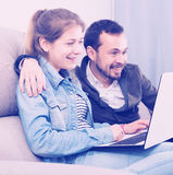 在网上预定的父亲和的女儿 库存图片