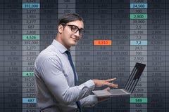 在网上贸易的概念的年轻商人 免版税库存照片