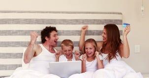 在网上购物与膝上型计算机的愉快的家庭 股票录像