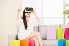 在网上购物与VR耳机的亚洲妇女经验 库存照片