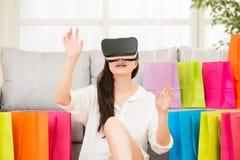 在网上购物与VR耳机的亚洲妇女经验 免版税图库摄影
