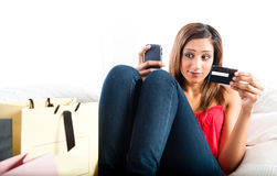 在网上购物可爱的年轻亚裔印地安的妇女 图库摄影