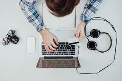 在网上购物在膝上型计算机的顶视图 免版税库存图片