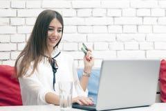 在网上购物的年轻美好的妇女爱 免版税库存照片