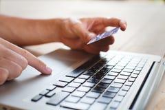 在网上购物 免版税库存图片
