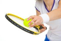 在网球员准备服务球的特写镜头 免版税图库摄影