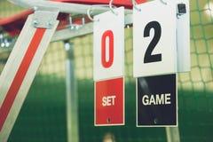 在网球场在室外的比赛期间,特写镜头的记分牌 库存照片