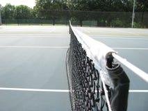 在网球场的净绳子 免版税库存照片