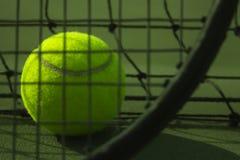 在网球场的唯一网球 库存图片
