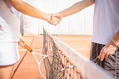 在网球场的握手在比赛以后 免版税库存照片