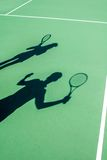 在网球场的球员阴影 库存图片
