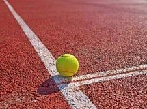 在网球场的球 免版税库存图片