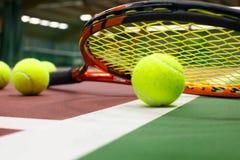 在网球场的网球 免版税库存图片
