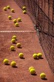 在网球场的网球 库存图片