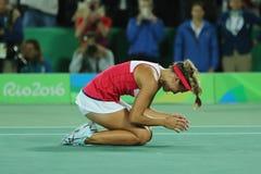 在网球妇女` s选拔里约2016年奥运会的决赛后,波多黎各的奥林匹克冠军莫妮卡德普伊赫庆祝胜利 库存照片