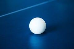 在网球桌上的网球 免版税库存照片