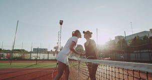在网球比赛前,问好和握手的两名球员妇女在开始比赛前 影视素材